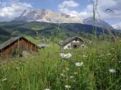 Ein weitläufiges Hochplateau mit zahlreichen Wanderwegen erstreckt sich vor der Kulisse der Dolomiten im Gadertal.