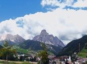 Blick auf Corvara und dem eindrucksvollen Sassongher Berg