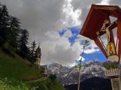 Heiliges Kreuz in Wengen - La Val im Gadertal mit Kirchlein St. Barbara vor dem Heiligkreuzkofel