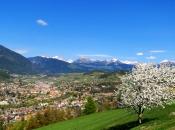 Frühling im Eisacktal - Die tausendjährige Stadt Brixen und die Zillertaler Alpen im Hintergrund
