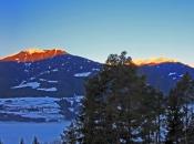 Winterlicher Sonnenuntergang in der Nähe der Schatzer Hütte mit Blick auf Geisler und Peitler Kofel