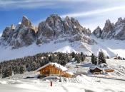 Winterpanorama auf die Geisler Spitzen im Villnösstal mit Geisler Hütte