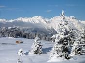 Winteridylle auf der Rodenecker Alm mit Blick auf die Pfunderer Berge