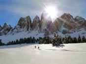 Unberührte Winterlandschaft beim Schneeschuhwandern bei den majestätischen Geisler Spitzen - Dolomiten