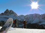 Skitouren Geher bei der Abfahrt vom Gabler mit dem Peitler Kofel im Hintergrund