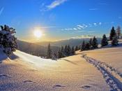 schneeschuhwandern-im-sonnenuntergang
