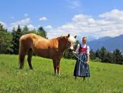 niederhaeusererhof-pfalzen-maedchen-mit-pferd