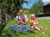 niederhaeusererhof-pfalzen-maedchen-und-hasen