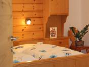 planatschhof-villnoess-wohnung-fermeda-schlafzimmer-detail