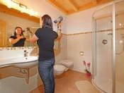 ronsolhof-kastelruth-ferienwohnung-santner-frau-im-bad