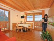 ronsolhof-kastelruth-ferienwohnung-santner-wohnraum-kochen