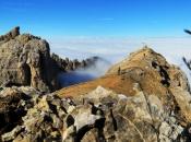 Latemarspitze oberhalb des Karersee im Wolkenmeer