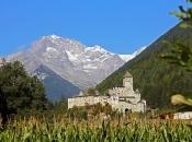 Die mächtige Burg Taufers thront hoch über der Ortschaft Sand in Taufers