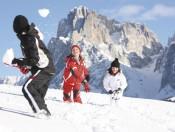 Schnee macht gute Laune und lädt zu Schneeballschlachten und nächtlichen Rodelpartien ein.